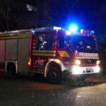 Symbolbild Feuerwehrfahrzeug trifft an Einsatzstelle ein