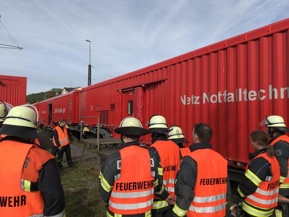 Aufbau einer Plattform am Rettungszug